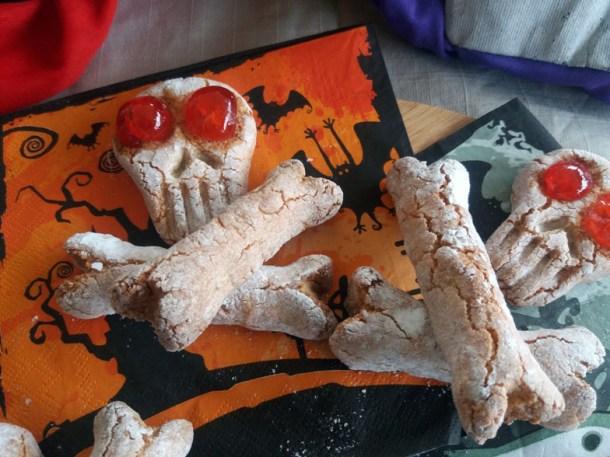 Biscotti teschio e ossa: pasta di mandorle per Halloween   Genitorialmente