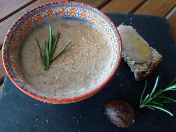 Hummus di fagioli borlotti, rosmarino e salsa al sesamo | Genitorialmente