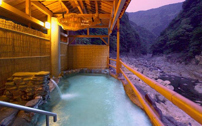 Um hotel com onsen. Apesar de parecer uma piscina, não se deve nadar nem fazer bagunça no local.