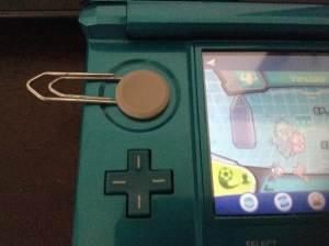 Usar um clips de papel é o suficiente para lhe poupar tempo e não estragar seu DS/3DS.