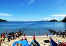 Aktivitas nelayan menarik pukat di Nagari Sungai Pinang Pesisir Selatan, Sumatera Barat