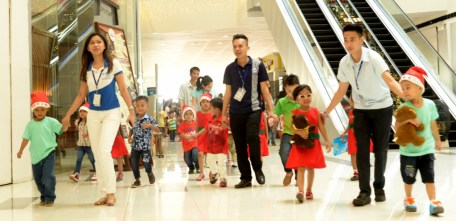 Employees of SM City Davao tour the kids from Isla Swerte Day Care Center.