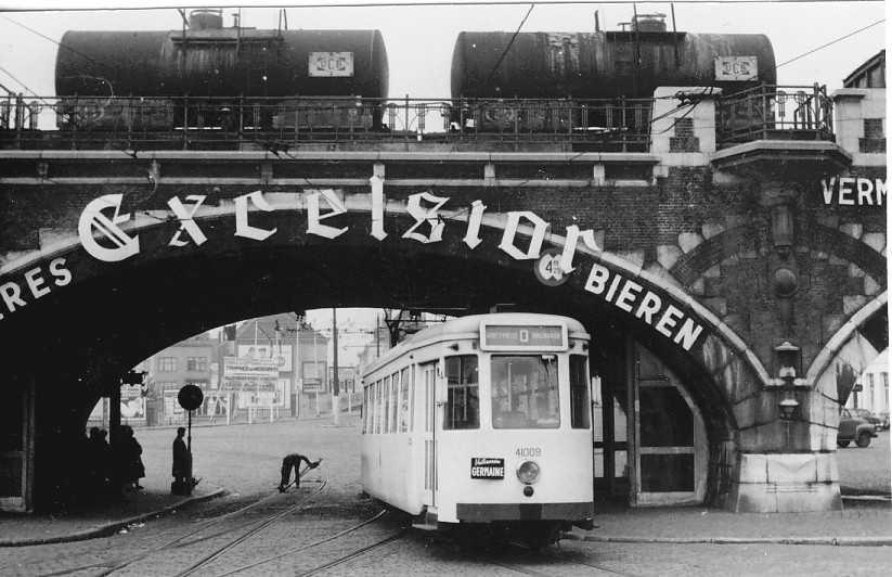 Tram onder het spoorviaduct aan de Dampoort, 1957.