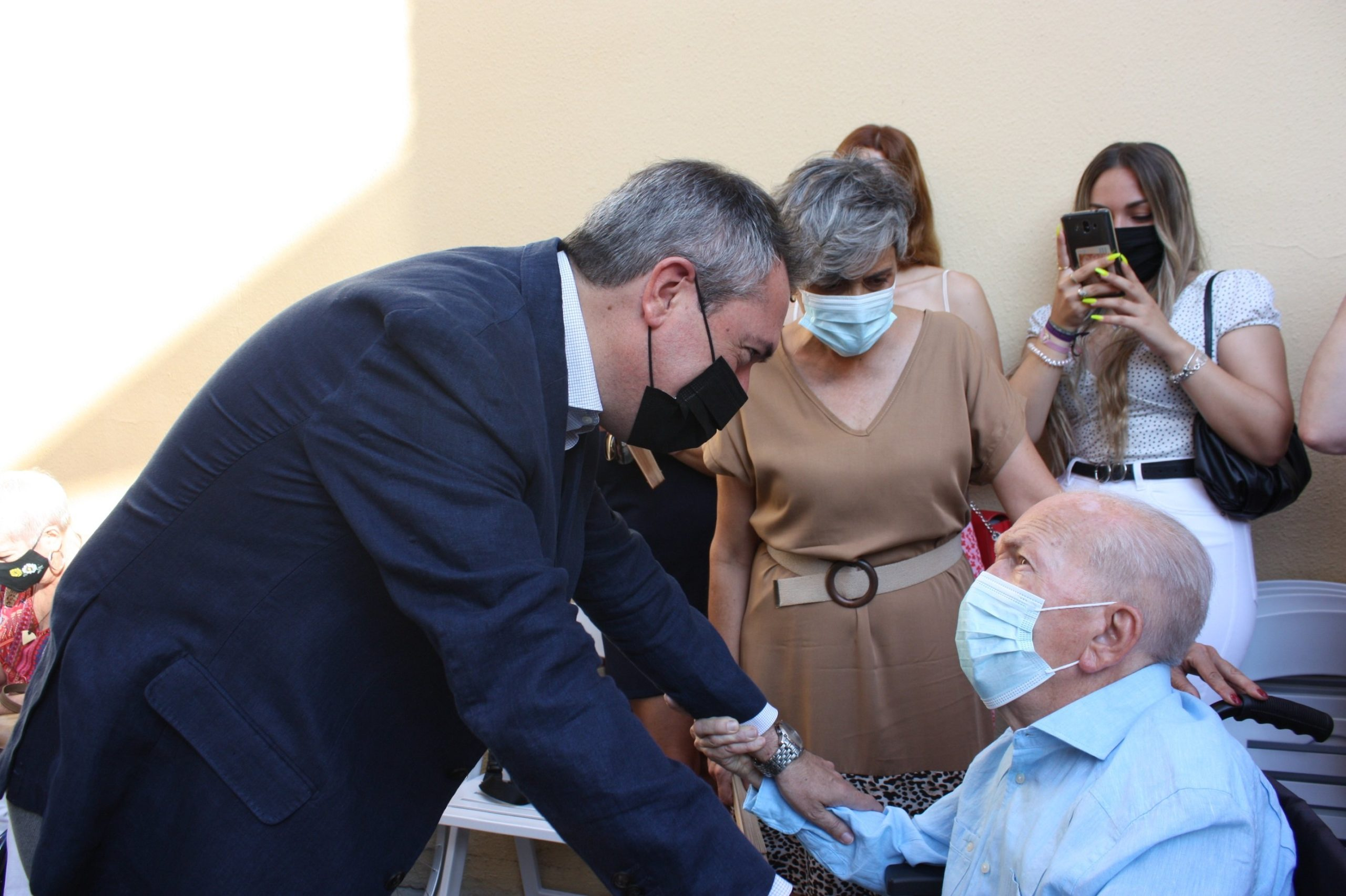 El Ayuntamiento de Sevilla rinde homenaje al orfebre Juan Borrero y a la saga de capataces de la familia Ariza