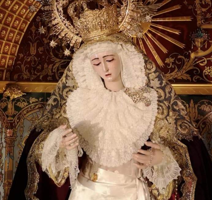 Joaquín Gómez viste por primera vez a la Virgen del Rosario de Montesión desde su nombramiento