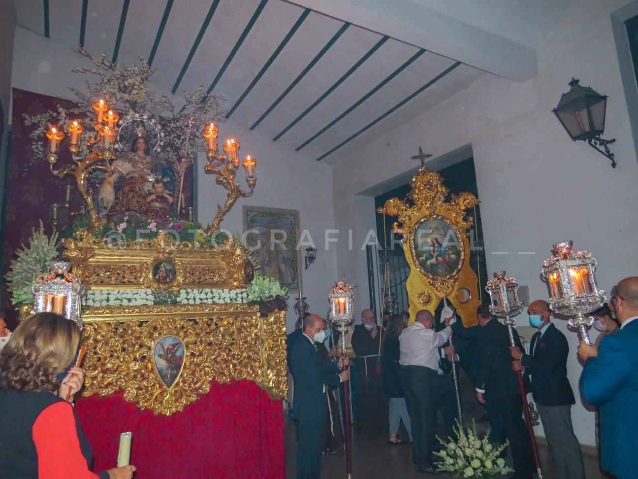 La Divina Pastora de Capuchinos bendice su Simpecado que preside el  Rezo del Rosario por las calles de la feligresía