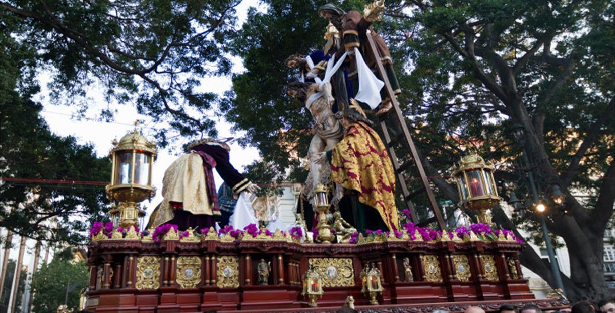 El Descendimiento de Málaga hace un llamamiento por la falta de hombres de trono para la procesión magna