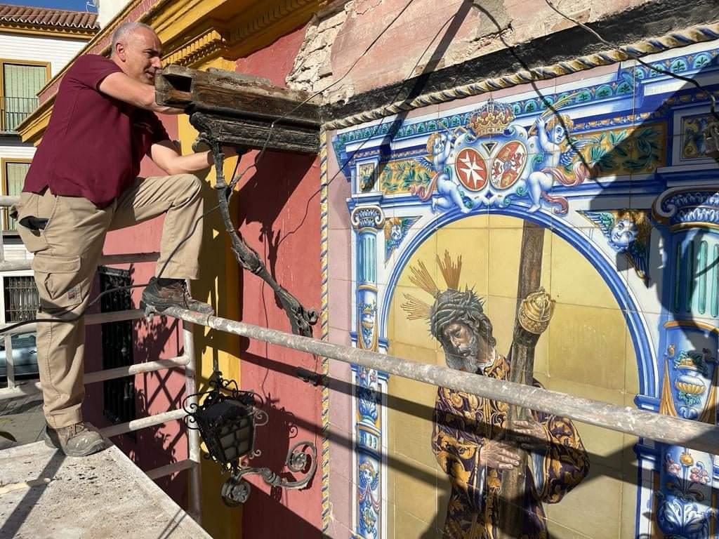 Comienza la restauración del tejaroz en el azulejo cerámico del Gran Poder