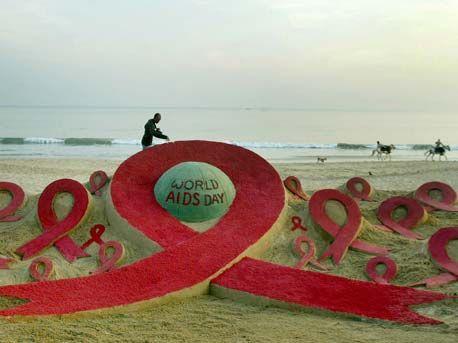 Una escultura de arena con el lazo emblemático del SIDA, del artista Sudarshan Pattnaik, encabeza el Día Mundial contra el Sida en la playa Golden Sea, la India · EFE