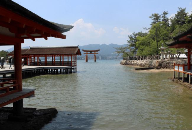 Itsukushima, un portale vermiglio sull'oceano