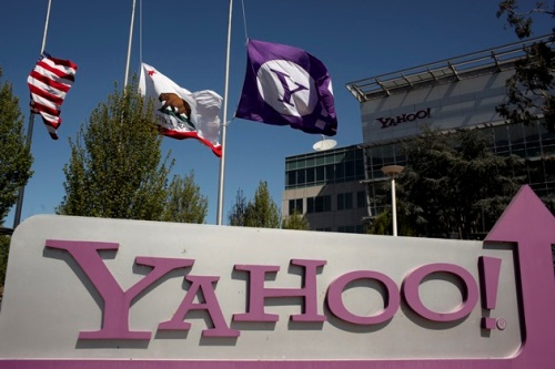 The Yahoo logo is shown at the company's headquarters in Sunnyvale, California in this file photo from April 16, 2013. Yahoo Inc's revenue during the last three months of 2013 declined for the fourth consecutive quarter as weak online display ad sales weighed on results.   REUTERS/Robert Galbraith/Files  (UNITED STATES - Tags: BUSINESS)