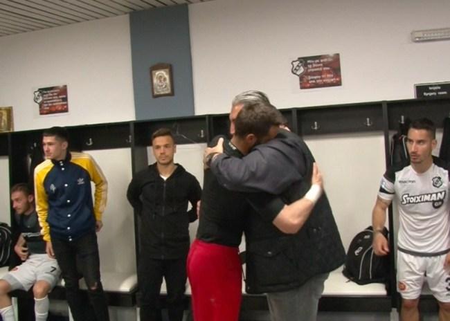 Video | Οι αγκαλιές και τα φιλιά του Μπούση με τους παίκτες του ΟΦΗ!