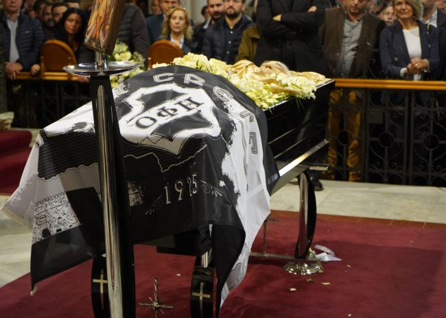 Με μια σημαία του ΟΦΗ το τελευταίο αντίο στον Ομιλίτη Γιώργο Δεικτάκη!