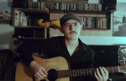 "Video | Το ""Ανάψαμε φωτιά και μεγαλώνει"" με κιθάρα, ανατριχιάζει με τα λόγια του για τον ΟΦΗ ο δημιουργός του!"