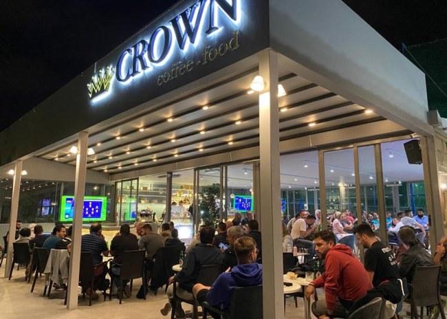 """Χαμός και πάλι στο ανακαινισμένο καφέ """"Crown"""" του Calcetto"""
