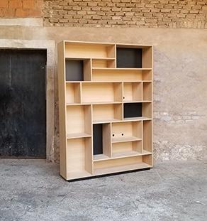 bibliotheque en chene composee d espaces de tailles differentes