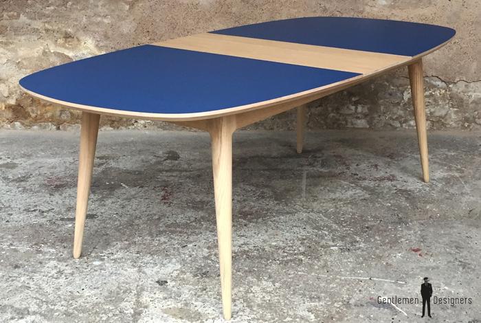 table a manger chene et bleu jusqu a 12 personnes de forme squircle