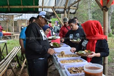 paket offroad makan di hutan