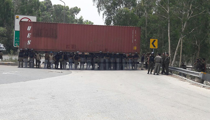 Containers have been placed across Lahore ahead of the PML-N rally. Photo: Geo News