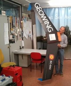 José Martínez Rubio sujeta el GEOWING, un RPA diseñado por GEOBIT