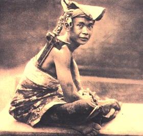 Mengenakan keris cara orang Bali
