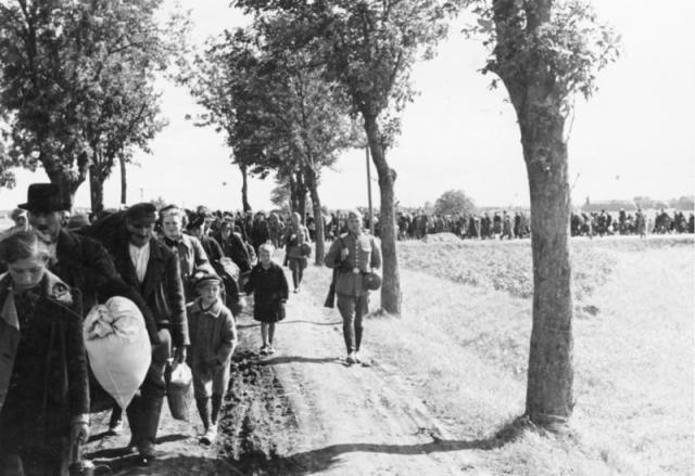 Polacos abandonan Reichsgau Wartheland tras la ocupación nazi de 1939