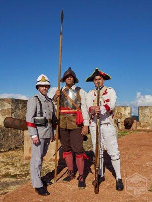 De izquierda a derecha: recreadores históricos Rafael Mayoral (soldado siglo XIX), Félix E. Rivera (soldado siglo XVII) y Félix Rivera Jr. (Milicia Disciplinada siglo XVIII).