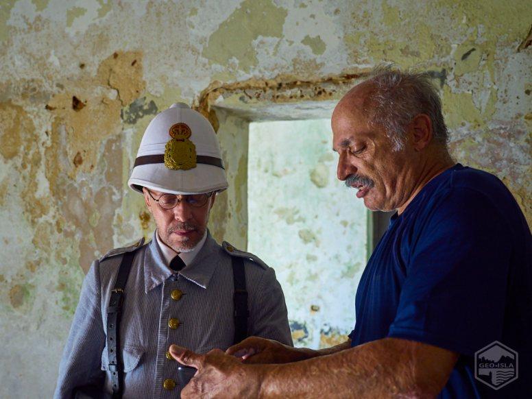 El recreador histórico Rafael Mayoral (izquierda), vestido con el uniforme de un soldado del siglo XIX, conversa con el arqueólogo subacuático Juan Vera, voluntario de los Amigos del Fortín San Jerónimo.