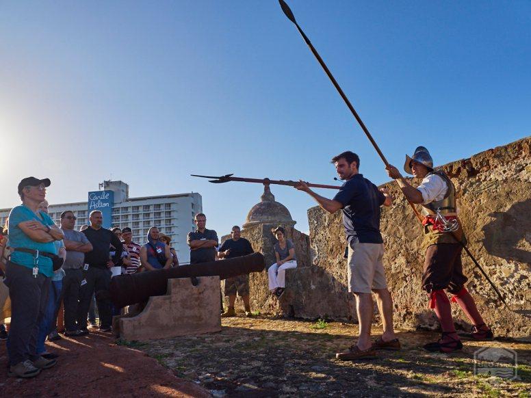 Manuel Minero (voluntario de los Amigos del Fortín San Jerónimo) y Félix E. Rivera (soldado siglo XVII) explican el uso de la albarda y la pica en combate.