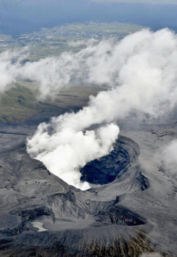In this aerial view, plumes of white smoke rise from Mount Aso Nakadake Crater in Kumamoto Prefecture, southern Japan, Saturday morning, Oct. 8, 2016 following eruptions earlier in the day. Mount Aso has sent huge plumes of gray smoke as high as 11 kilometers (6.8 miles) into the air in one of the volcano's biggest explosions in years. Credit: Hiroko Harima/Kyodo News via AP)