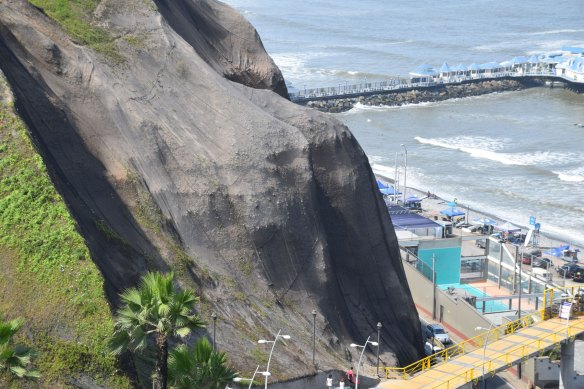 Cliffs that abut the ocean in the Miraflores District contain the alluvial fan sediments of the Lima Conglomerate.
