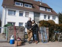 Michi und Lydia vor ihrer Wohnung (ganz oben) mit dem Rest ihrer Habseligkeiten