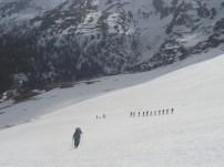"""Nach der ersten Steilstufe folgt ein fantastischer Hang mit idealer Neigung. Conny und Klaus werden von einer niederösterreichischen Tourengruppe """"verfolgt""""."""