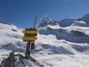 Am höchsten Punkt des Hüttenzustiegs steht ein Wegweiser (dahinter rechts der Große Geiger)