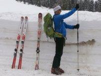 Dietmar zeigt beim Biathlonzentrum, wie hoch der Schnee ist