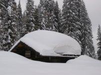Die Jagdhütte am Weg zum Hohen Bösring trägt eine schwere Last