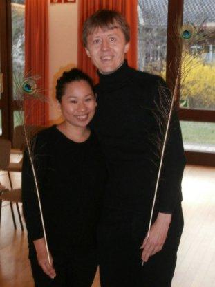 Hannah und Szaby beim Einsingen in Bad Reichenhall: Karin hatte uns fpr eine Übung mit einer Straußenfeder ausgestattet)