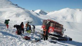 Ausladen von Schifahrern und Material in der herrlichen Berglandschaft