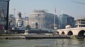 Monumentalbauten und Riesenstatuen prägen das Stadtbild von Skopje