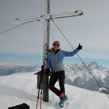 Kurze Pause am Gipfel des Hochkarfelderkopfs