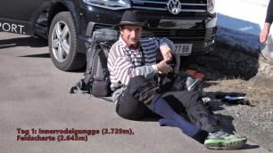 Klaus rüstet sich am Parkplatz am Staller Sattel für die erste Tour