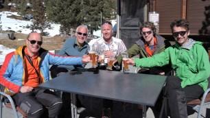 Auf der Oberseehütte stoßen wir auf eine gelungene Doppeltour an (v.l. Georg, Norbert, Dietmar, Tim, Klaus)