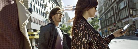 Frau geht mit Handy über die Straße (c) Nokia