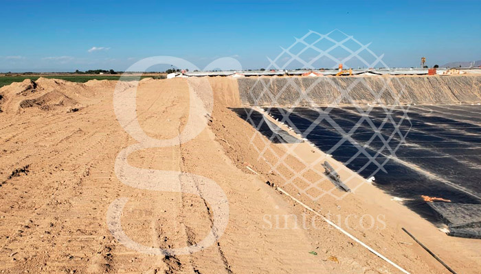Bordo de contención de agua en Gómez Palacio, Durango.