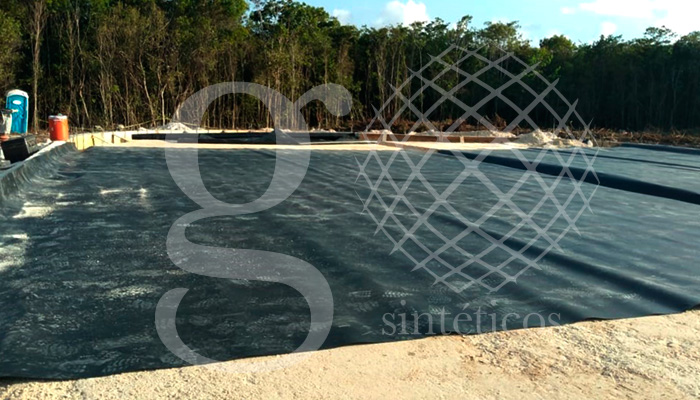 Proyecto en Playa del Carmen, para combatir el sargazo, consiste en recubrir tres celdas con #HDPE 1mm. En dos de las celdas se retendrá el sargazo para secado y filtrado y una vez seco, la tercera celda, servirá de almacenaje, para reciclar el #sargazo. Magna obra iniciada para una de las principales cadenas hoteleras de #México!!! .