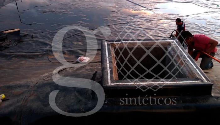 Aquí se está haciendo el recubrimiento y forrado de los cárcamos y vertedores. #Geotextil y #Geomembrana.