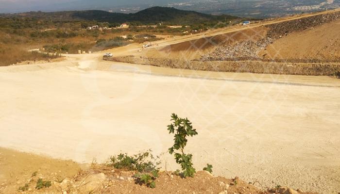Relleno Sanitario en Tuxtla Gutiérrez, Chiapas en el que se instalarán tres capas, que incluyen 16,400 m2 de bentonita, de geomembrana de 1.5 mm y para protegerla se aplicará una capa de #geotextil de 400g/m2.