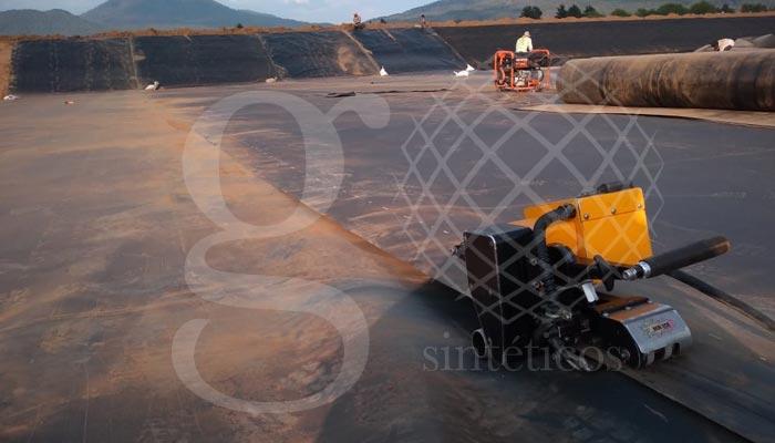 Obra en #Michoacán, #lagunas para tratamiento de agua, se están recubriendo 11 mil metros cuadrados de #HDPE y #geotextil. En los primeros avances se habilitó #geotextil para los taludes, en lo que rascaban la zanja perimetral y se hicierono 2370 metros geotextil y 2400 metros de #geomembrana. Gracias a los técnicos por su tenacidad y trabajo continuo.