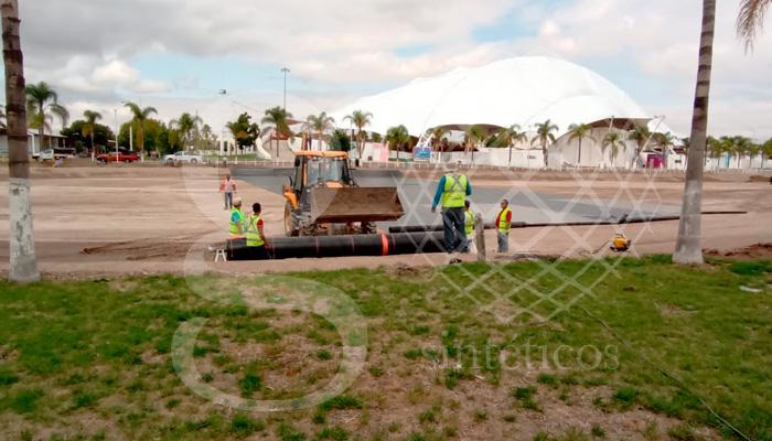 Instalación de 12,600 m2 de geomembrana HDPE en la obra de un lago artificial en el recinto ferial de Durango.