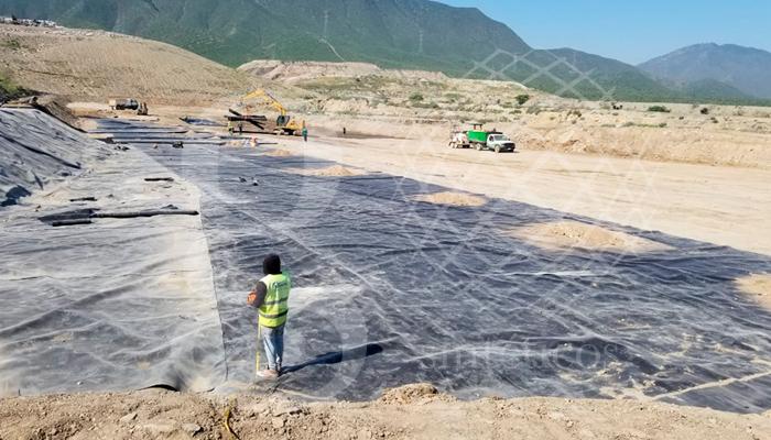 Instalación de #geomembrana de polietileno, para #Celda de relleno Sanitario en Nuevo León.